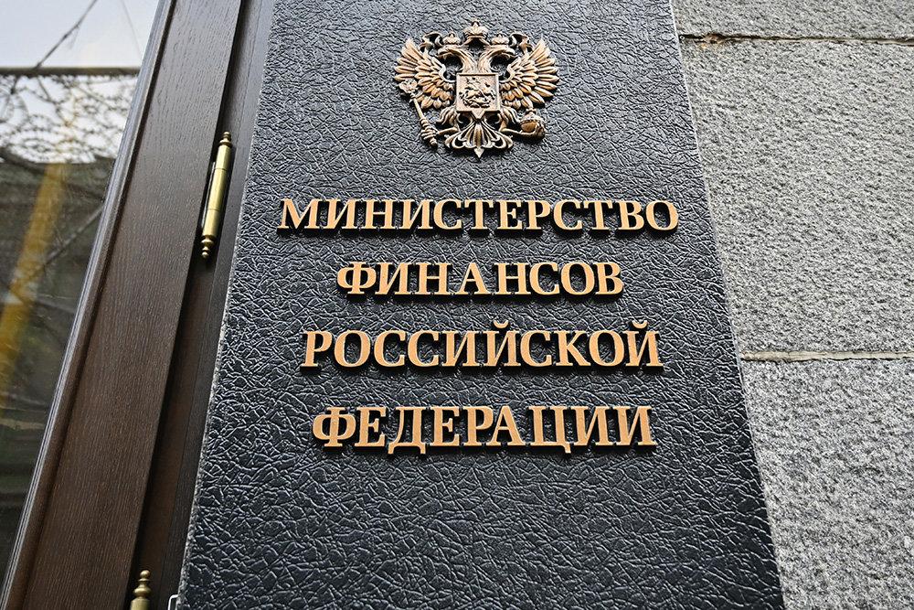 Средства субъектам страны Правительство переводит 3-мя траншами по 100 миллиардов рублей.