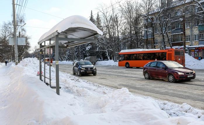 Остановки завалены снегом, тротуаров нет