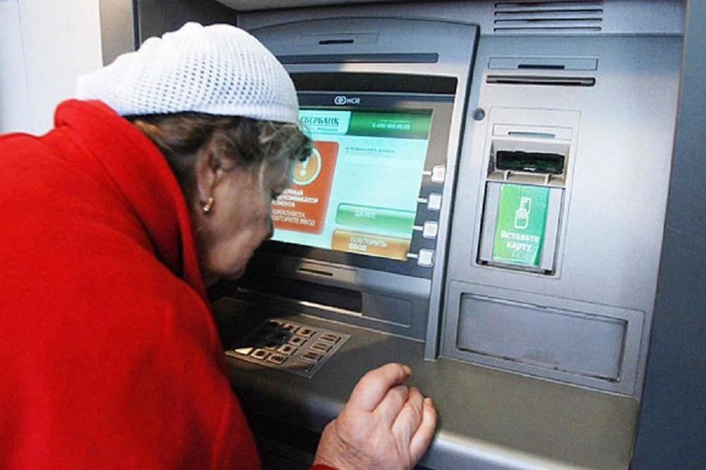 70% пенсионеров Омска получают пенсию на карту