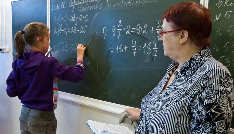 Правительство изменит зарплаты учителей в шести регионах РФ - ura.ru